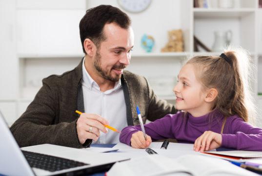 Jak pomóc dziecku, którego rodzice są nadopiekuńczy?